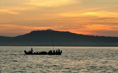 Myanmar, Bagan, zonsondergang op Irrawaddy rivier