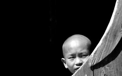 Myanmar, jonge monnik in het Shwe Yaunghwe Kyaung Klooster