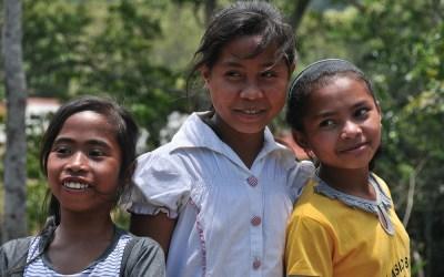 Jonge dames in één van dorpjes in de buurt van Gunung Kelimutu, Flores, Indonesië, 2012