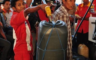 Benzine tanken, Lombok, Indonesië, 2012
