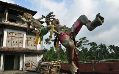 Ogoh Ogoh beeld om boze geesten weg te drijven, Bali, Indonesië, 2012