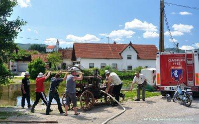 De circa 100 jaar oude waterpomp wordt weer eens getest, Zerovnica, Slovenië, 6-7-2014