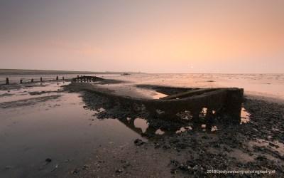 Zonsondergang bij schipwrak op Wierumer Wad, Wierum, 9-4-2015