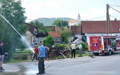 De circa 100 jaar oude spuitpomp wordt getest, Zerovnica, Slovenië, 6-7-2014
