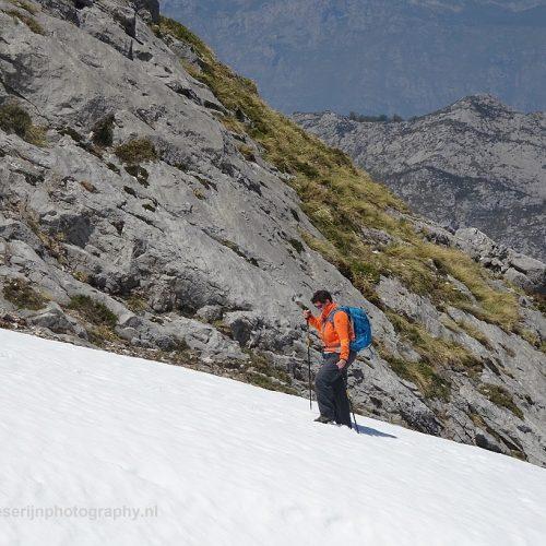Ploegen door een sneeuwveld, Picos de Europa, Spanje, 20-5-2018