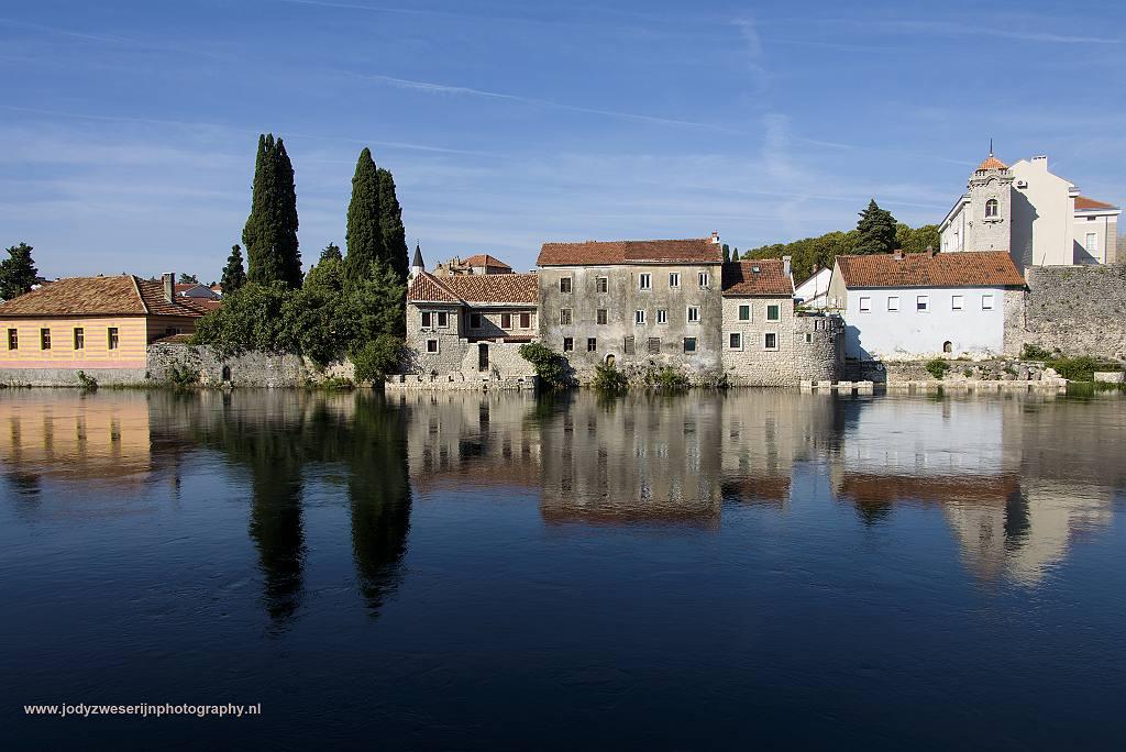 Gebouwen aan de rivier Trebišnica, Trebinje, Bosnië en Herzegovina, 16-9-2019