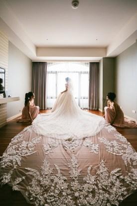 兩位伴娘真的很給力,去幫新娘鋪裙擺,自然而成的畫面真的超美~