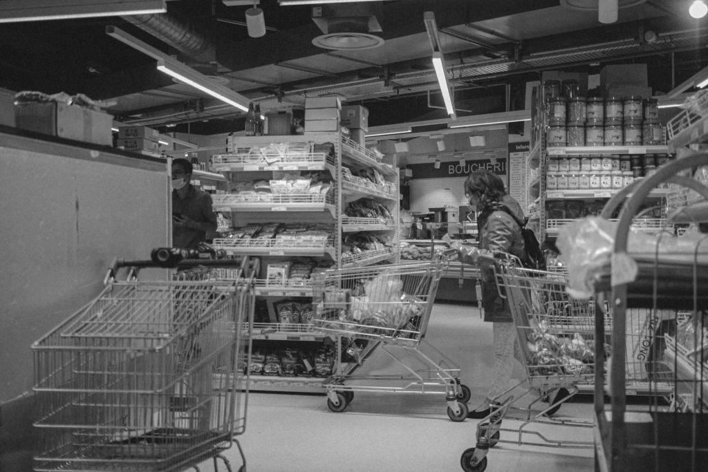 grayscale picture of shopping cart