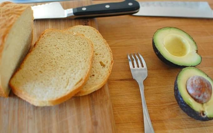 Homemade bread with avocado. | joeshealthymeals.com