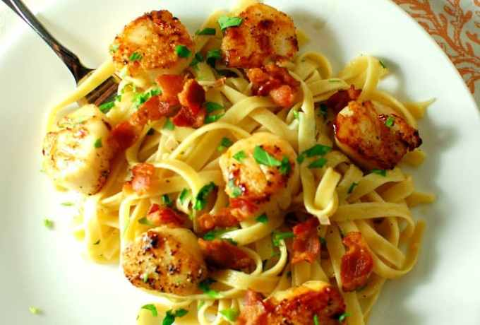 Seared scallops with garlicky pasta. Easy and delicious meal. | joeshealthymeals.com