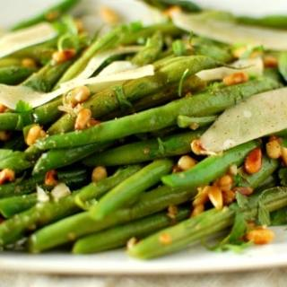 Green beans with pine nuts and Parmesan. Super delicious side dish recipe. Fresh green beans are so good! | joeshealthymeals.com