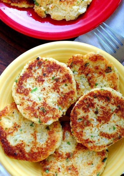 Low carb fried cauliflower patties. What a yummy way to serve cauliflower! | joeshealthymeals.com