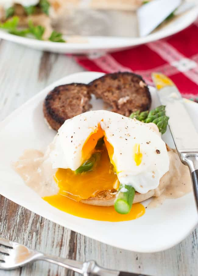 Poached egg breakfast muffin with asparagus and cheesy white sauce. | joeshealthymeals.com
