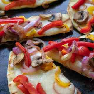 Grilled flatbread pizza recipe that's a tasty summertime treat. Easy to make with naan bread, toppings and creamy fresh mozzarella cheese. | joeshealthymeals.com