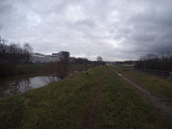 Chemin vers Chenée, le long du canal de l'Ourthe.