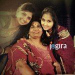 kajal raghwani with sister and mother