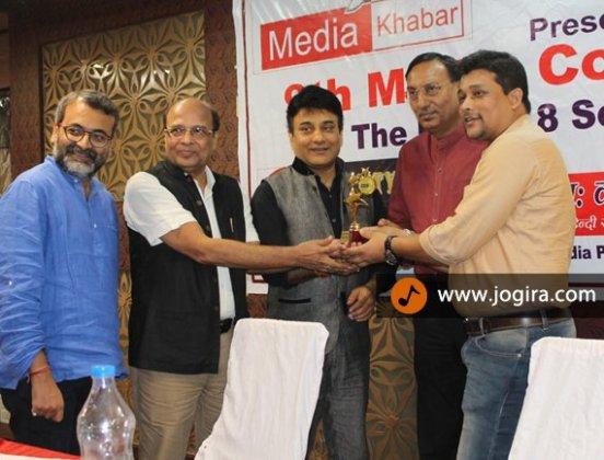 जोगीरा डॉट कॉम के फाउंडर चन्दन कुमार सिंह मीडिया खबर मीडिया अवार्ड लेते हुए