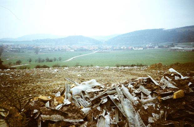 Die Müllhalde von Crock, Hintergrund Irmelsberg mit Kirche 1988.