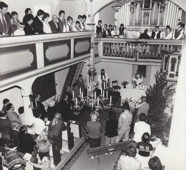 1984, Wiedereinweihung der Kirche mit Kirchenrat Dr. Pfr. Herman Lins aus Eisenach.