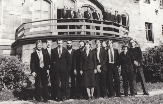Das Foto nach bestandenem II. Theologischen Examen vor dem Landeskirchenamt Eisenach im Oktober 1982.