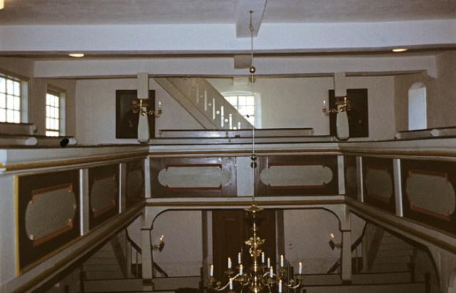 Die Kirche erstrahlt wieder in hellen Farben. Blick vom Altar zum Ausgang.