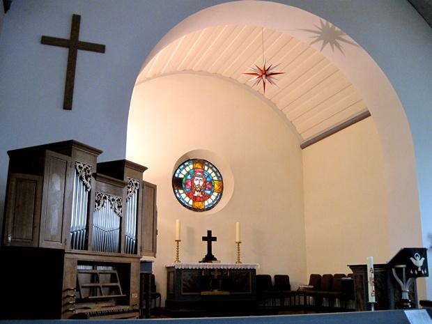 Blick in den Altarraum, links neue Orgel 1991.