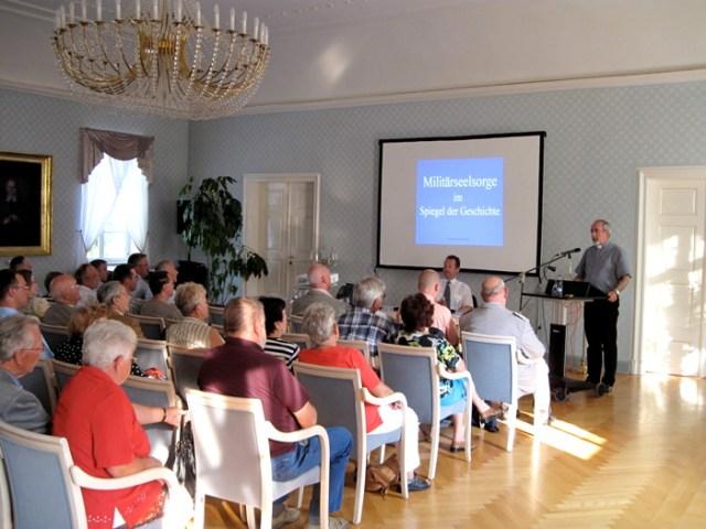 Militärseelsorger Pfarrer Johannes Ziegner beim Vortrag.