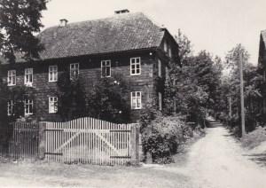 Pfarrhaus Crock 1936, rechts Kirchweg zur Kirche.