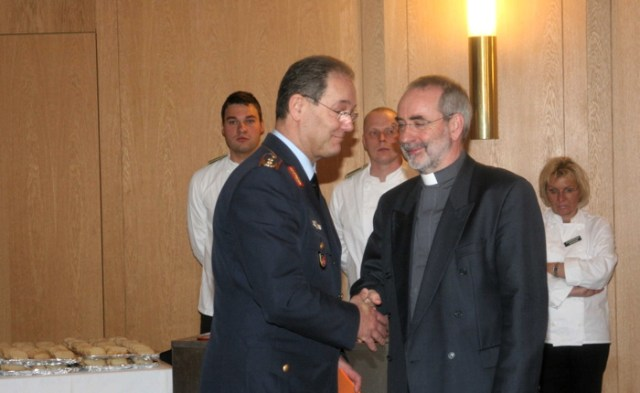Gute Wünsche und alle Unterstützung vom Befehlshaber Generalmajor Johann G. Oppitz.