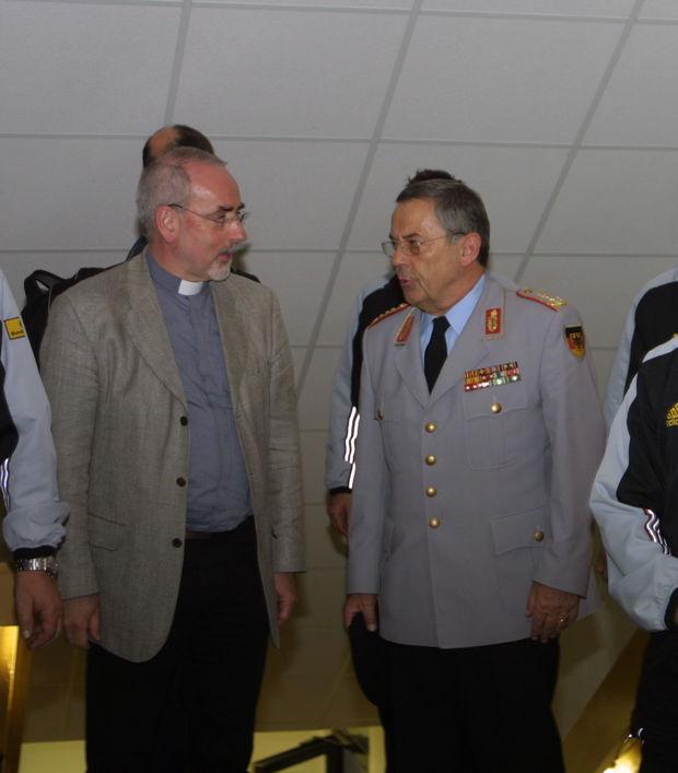 Militärpfarrer Johannes Ziegner im Gespräch mit General Wolfgang Schneiderhan.