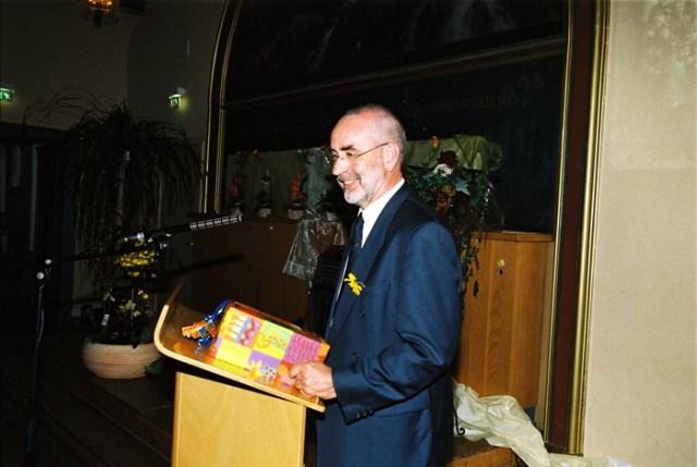 Schulreferent Pfarrer Ziegner übergibt die Mini-CD.