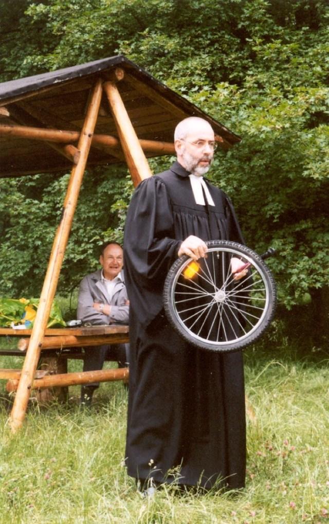 Pfarrer Ziegner mit plattem Rad und Luftpumpe...bei der Predigt....im Wald.