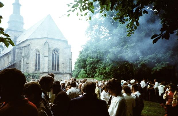Gemeindefest auf der Kirchenwiese nach dem Festgottesdienst 1989 (mit Bratwurstduft)