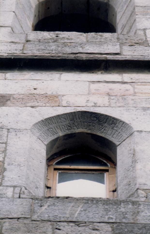 Inschrift am Turmfenster Kirche Crock.
