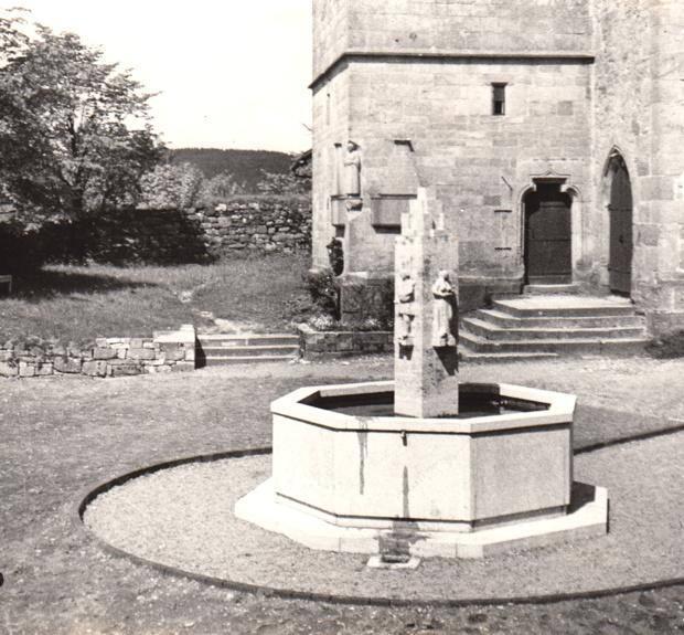 Wasserbrunnen im Kirchgelände Crock.