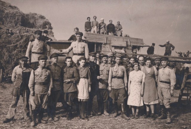 Beim Dreschen 1945