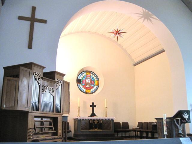 Kirchenschiff mit Orgel
