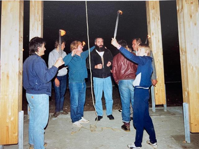 Schulglocke am 02.20.1990 anläuten durch Ortspfarrer