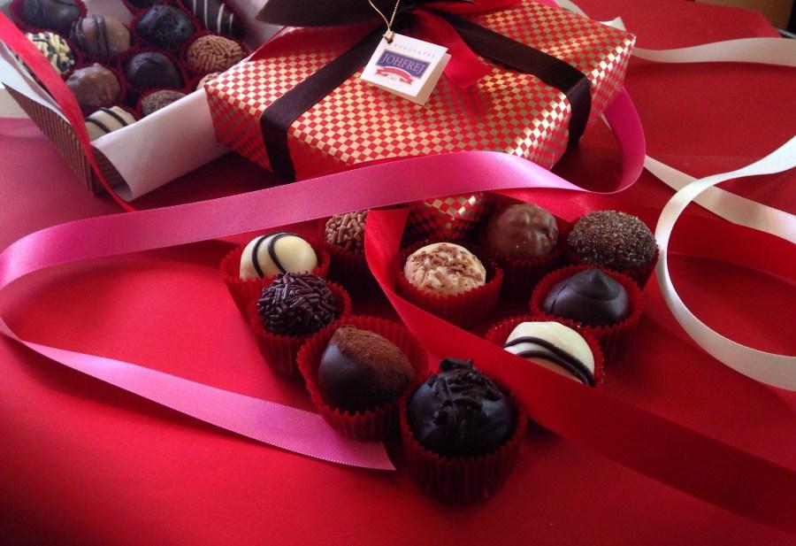 Un momento especial junto a una caja de chocolates