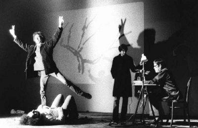 Alcuni spettatori disturbano la performance di John Cage salendo sul palco del Lirico