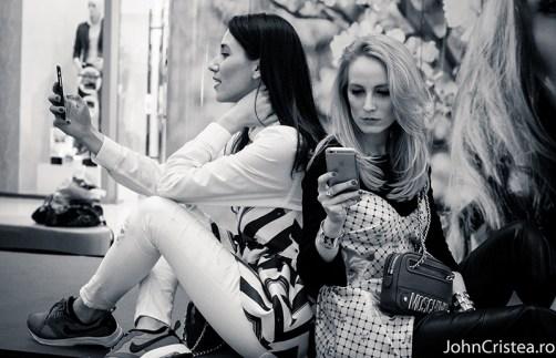 Ele sunt Diana Enciu şi Alina Tanasă, două blogăriţe de fashion, venite direct din Bucureşti pentru a vorbi despre tendiţele în materie de vestimentaţie pentru sezonul primăvară-vară 2015, în Ploieşti Shopping City, Absolutely Fabulous #selfie