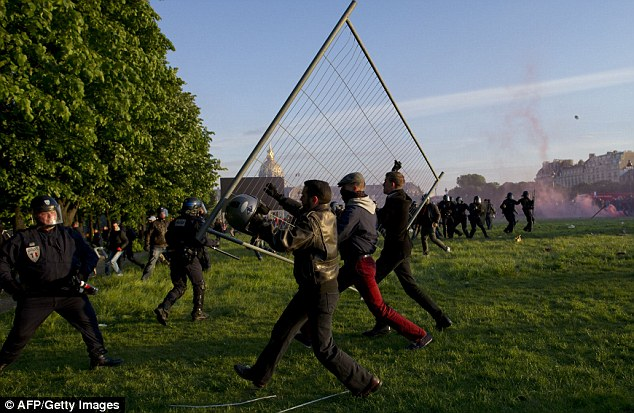 french-wn-protesters-bash-cop-with-wire-fence