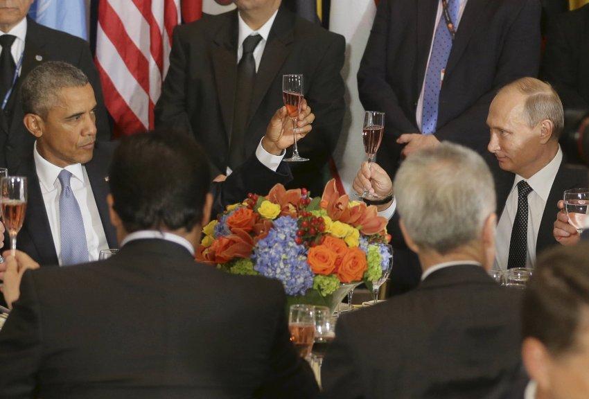 Russlands Präsident Wladimir Putin (R) und US-Präsident Barack Obama gemeinsam einen Toast während des Mittagessens in der Generalversammlung der Vereinten Nationen in New York, 28. September 2015. REUTERS / Mikhail Metzel / RIA Nowosti / Pool Achtung Redaktionen - Dieses Bild wurde bereits GELIEFERT DRITTER. IT verteilt wird, genau wie von REUTERS erhalten, als Service für die Kunden. TPX BILDER DES TAGES