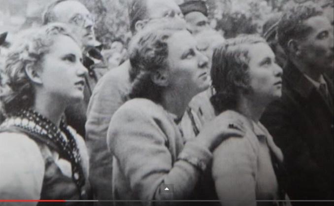 women-reverent-during-ah-entry-austria
