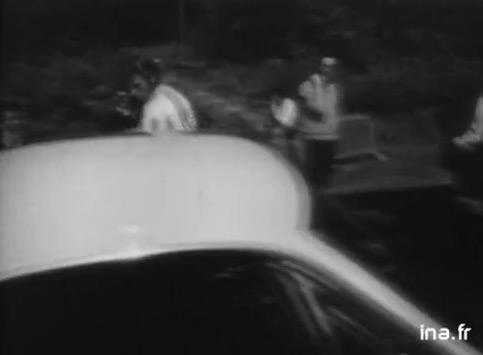 Johnny Hallyday pilote une voiture
