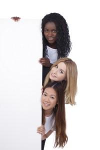 Multikulturelle Gruppe Frauen hinter weier Wand