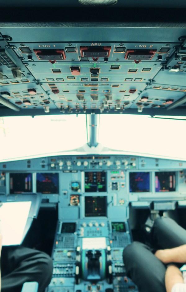 cockpit-of-plane