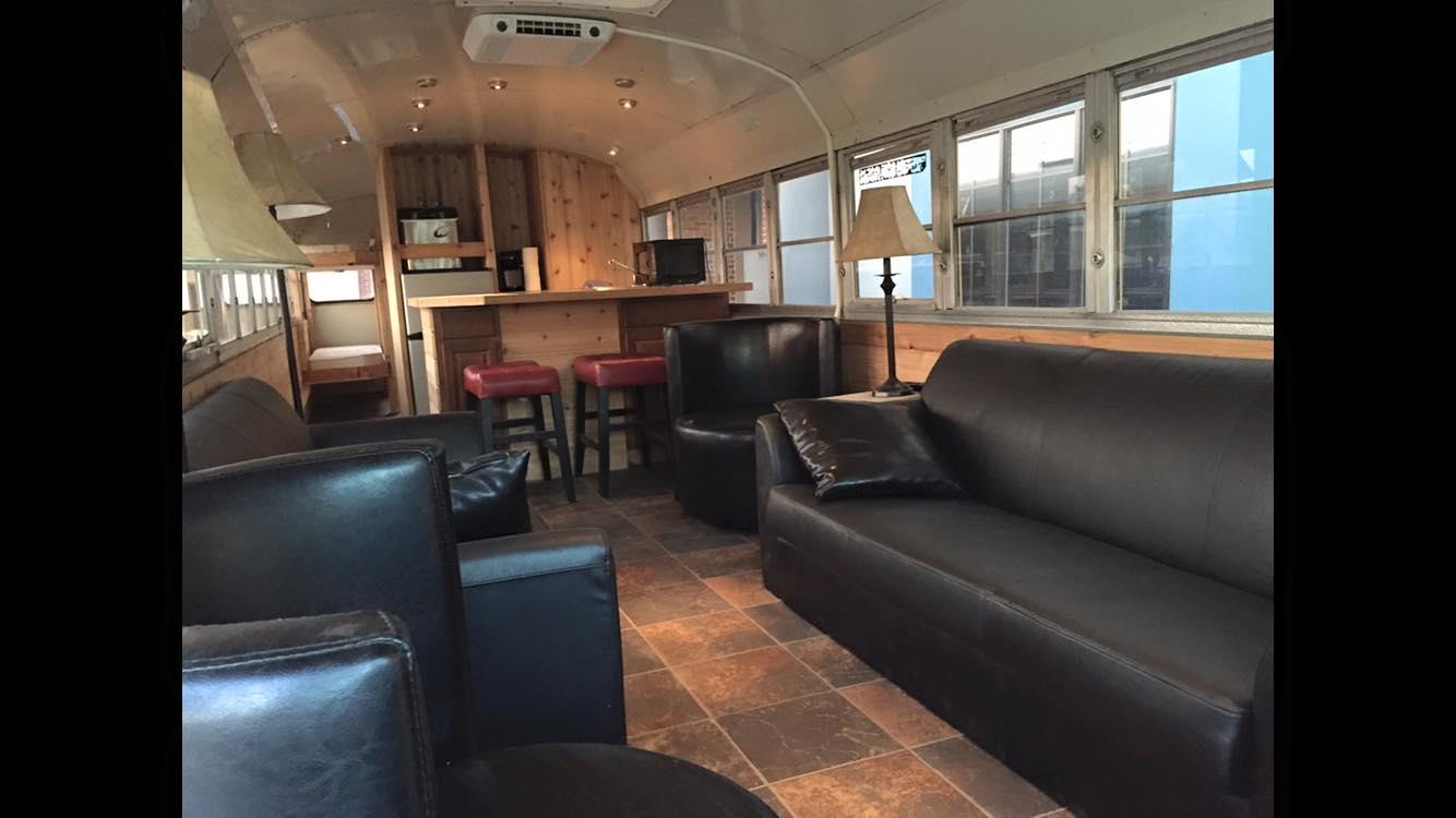 Il transforme un autobus scolaire en minimaison et veut le vendre pour 30 000  Joli Joli Design
