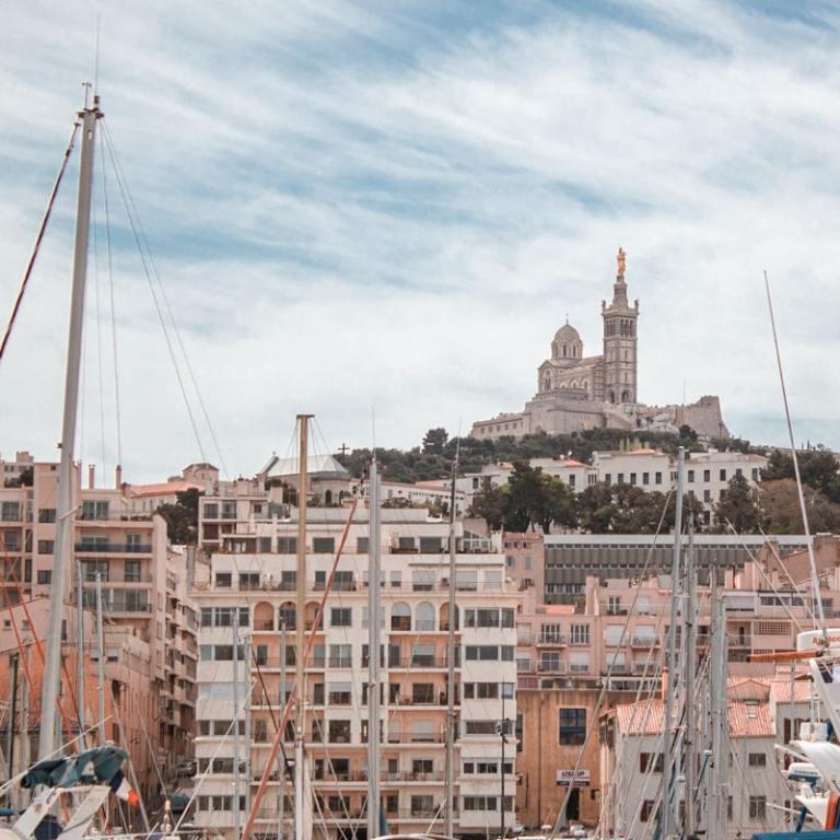 Marseille : voyage post-confinement dans la cité phocéenne — voyage en France — Vieux Port, vue Notre-Dame de la Garde | Jolis Carnets