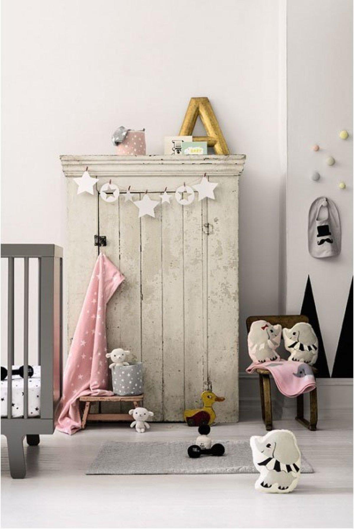 Petite-armoire-patinée-blanc-enfant
